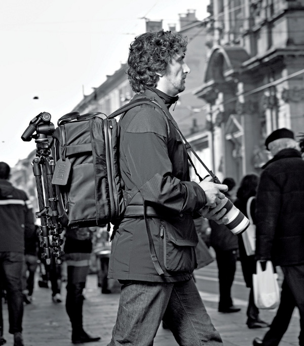 Photo Fashion Italian Style Manfrotto Lino Collection Photographer Walking